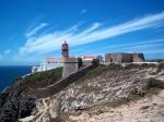 De 24 meter hoge en 150 jaar oude vuurtoren van Cabo de São Vicente is de enige bebouwing in de wijde omgeving. Het is een belangrijke baken langs de Atlantische kust.