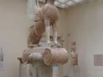 De Sfinx stond vroeger buiten op een hoge zuil (Delphi)