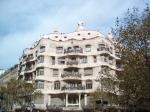 Casa Milà of La Pedrera is een appartementengebouw van Antoni Gaudí en het is een van zijn bekendste werken. De buitenmuren zijn golvend uitgevoerd.