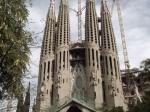 Sagrada Familia (Heilige Familie) is een basiliek naar het ontwerp van Gaudi. Sinds het leggen van de eerste steen in 1882 wordt nog steeds verder gebouwd.