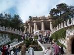 Park Güell is ook ontworpen door Gaudi. Markante onderdelen zijn de dubbele trap met Salamander (Draak) en de zitbank, die bestaan uit ontelbare mozaïekstukjes.