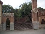Finca Güell is een landgoed van Gaudí's mecenas Eusebi Güell. Op het smeedijzeren hek staat een vliegende draak afgebeeld.