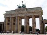 De Brandenburger Tor is de enige bewaard gebleven stadspoort van Berlijn. Vroeger was de plek waar de poort staat de stadsgrens van het centrum. Wie door de poort wilde, moest tol betalen.