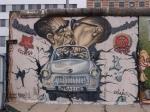 De Berlijnse Muur was het bekendste symbool van de Koude Oorlog en de deling van Duitsland. Tijdens vluchtacties bij de Berlijnse Muur zijn ten minste 136 mensen om het leven gekomen.
