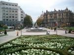 De ovaalvormige Plaza Moyua geopend in 1873 met in het midden een mooie fontein en rondom vele kleurige bloemenperken.
