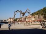 De reuzenspin Maman is 10 meter hoog en werd ontworpen door de Franse kunstenaar Louise Bourgeois. Ze maakt het Guggenheim zo mogelijk nog fotogenieker.
