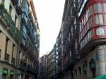 De typische nauwe straatjes in het oude centrum van Bilbao.