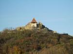 De pitoreske kasteelruïne op de top van de heuvel in Visegrad.