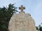 De menhir van St Uzec werd in de 17de eeuw 'gekerstend' met christelijke symbolen en een kruisbeeld