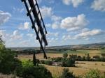 Prachtig uitzicht op de Lauragais en Montagne Noire vanaf de Curgarel molen in Castelnaudary. Deze stad is de wereldhoofdstad van de cassoullet, een stoofpot met witte bonen, knoflookworst en eenden- of ganzenvet.