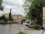 Le Somail is een sfeervolle plaats langs het Canal du Midi met zijn oude romaanse brug St Marcel. Er staat een sobere kapel op gebouwd en een ronde toren waar vroeger ijs in werd bewaard.