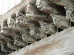 Prachtige sculpturen op de eikenhouten arkades in het middeleeuwse centrum van Mirepoix.