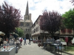 Zicht op de imposante kathedraal vanuit het historisch centrum van Mirepoix.