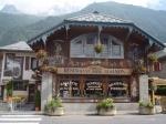 Traditionele facade van een restuarant in Chamonix. Een plaatselijke specialiteit is de fondue savoyarde.