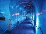 Gangen, kamers en meublilair zijn uitgehouwen en gesculpteerd in het ijs van de gletsjer.