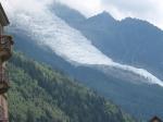 De Mer de Glace is niet de enige gletsjer in de omgeving. Er is ook nog de Bossons gletsjer die van de top van de Mont Blanc naar de vallei glijdt.