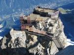 Hier is een lift die je naar de werkelijke top (3842 m) brengt, vanwaar men een schitterend panoramisch uitzicht heeft op het Mont Blancmassief.