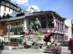 Het centrum van Chamonix, gelegen aan de voet van de Mont Blanc. Daar staat het standbeeld van de Saussure en Balmat die wijzen naar de top van de berg.