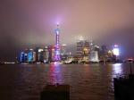 In Shanghai wandelen we over de Bund, het brede wandelterras langs de Huangpu rivier met de typische skyline torens van Pudong aan de overkant. 's Avonds zijn die prachtig verlicht.