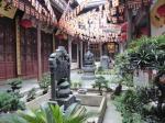 In de Jaden Boeddha tempel van Shanghai is het druk met biddende gelovigen en monotoon zingende monniken begeleid met trommels. De Jaden Boeddha is heel indrukwekkend maar mag jammer genoeg niet gefotografeerd worden.