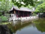 In Tongli, het waterstadje, bezoeken we de tuin der Afzondering en Meditatie (Tuisi Yuan), een klassieke tuin uit de Qing tijd. De tuin is heel compact en mooi, heel anders dan de grote Yutuin van Shanghai.