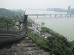 In Hangzhou beklimmen we de pagode van de Zes Harmonieën. Boven hebben we een prachtig uitzicht op de rivier en de stad. Deze 60m hoge pagode deed tot de Ming dynastie dienst als vuurtoren.