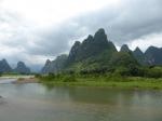 De boottocht op de Li rivier voert door een landschap dat regelrecht uit een Chinese schilderij lijkt te komen. De rivier slingert tussen in nevel gehulde karstheuvels, schilderachtige valleien, dorpjes en bamboebossen die zo typerend zijn voor het Zuid Chinese platteland.