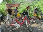 In Yangshao maken we een fietstocht langs de rijstvelden en de Li rivier waarop de bamboevlotjes de vele toeristen stroomafwaarts voeren doorheen een wondermooi landschap.