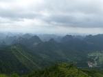 In Guilin gaan we met de zeteltjeslift naar boven op de Yao heuvel. We hebben er een prachtig panorama op de karst rotsformaties en de omliggende steden. Alles is mysterieus in nevels gehuld.