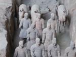 Keizer Qin Shi was bezeten van de dood. 700.000 man bouwden 36 jaar lang aan zijn graf wat ondermeer resulteerde in het beroemde ondergrondse terracotta leger van Xi'an.