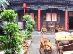 In Pingyao logeren we in de Hongshanyi Guesthouse. Het ganse stadje staat op de UNESCO Werelderfgoed lijst. Het dateert nog uit de Ming tijd en biedt met zijn talrijke traditionele huizen, tempels en winkels een prachtige kijk op hoe het leven in het oude China moet geweest zijn.