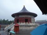 De tempel van de Hemel in Beijing is een meesterwerk van 15e eeuwse Ming architectuur. Hij bestaat uit 3 delen: de Gebedshal voor Goede oogsten, het keizerlijke Hemelgewelf (deze foto), en het Ronde Altaar van de Hemel. Jammer genoeg stonden de hemelsluizen helemaal open die dag.
