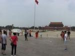 Het Tien'anmenplein in Beijing ontleent zijn naam aan de poort aan zijn noordzijde de Tien'anmen of Poort van de Hemelse Vrede met het portret van Mao, de eeuwenoude toegang tot de Verboden Stad.