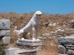 Volgens de oude Grieken was Delos de geboorteplaats van de zonnegod Apollo en zijn zuster Artemis. Op de foto één van marmeren leeuwen aan de heilige straat.