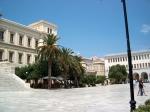 Het prachtige marmeren Miaoulis plein met het stadhuis van architect Ziller in Ermoupoli, Syros.