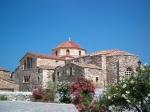 Panagia Katapolianíkerk (Paros) is één van de belangrijkste Grieks-orthodoxe heiligdommen van de Cycladen. De populaire benaming is kerk met-de-100-deuren.