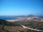 Zicht op Antiparos, een klein eilandje die met een veerdienst verbonden is met zijn grote broer Paros.