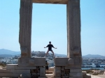 6 m hoge marmeren Portára-poort die de Naxos haven domineert. Ze werd rond 525 v.Chr. gebouwd als ingang van een tempel (vermoedelijk voor de god Apollon, of misschien BeeGee).