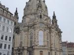 De imposante barokke Frauenkirche is pas sedert 2005 terug in gebruik, nadat ze in het bombardement van februari 1945 vernield was. De zwart geöxideerde zandstenen zijn van de oorspronkelijke kerk. Mettertijd zal de ganse kerk ook zo donker verkleuren.