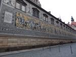 Het tegeltableau van de Fürstenzug in de Augustinusstrasse toont alle Saksische vorsten vanaf 1127 (Koenraad de Grote) tot 1904 (koning George). Het bevat 25.000 porseleinen tegels in goud, zwart en wit.
