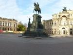 De Semperoper is een van 's werelds mooiste operagebouwen, oorspronkelijk ontworpen door Gottfried Semper. Bovenop staat een pantervierspan met de strijdwagen van Dionysus. Op de Theaterplatz ervoor prijkt het ruiterstandbeeld van koning Johan van Saksen.