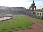 Het barokke Zwingerpaleis met de tuinen en de Kronentor, zo genoemd omdat de Poolse kroon erop aangebracht is. Bij de overstroming van de Elbe in 2002 heeft het veel schade geleden. Er wordt dan ook vollop gerestaureerd.