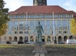 Het nieuwe stadhuis met de Rathaustoren (100.3 m) en ervoor het standbeeld van de Trümmerfrau, ter ere van alle vrouwen van Dresden die na de oorlog het puin moesten ruimen, omdat hun mannen gesleuveld of krijgsgevangen waren.