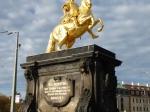 Het vergulde ruiterstandbeeld van koning Augustus de Sterke waakt over de in zijn tijd aangelegde Neustadt. Dit is meer de uitgaansbuurt met talrijke café's en restaurantjes.
