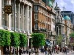 O'Connell Street is een drukke winkelstraat en wandelpromenade en doet enigszins denken aan de Parijse Champs-Élysées, zij het op een kleinere schaal.