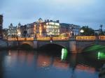 O'Connell Bridge is een zeer drukke brug : een groot aantal stadsbuslijnen maken er gebruik van, maar ook personenauto's en veel voetgangers.