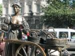 De song – Molly Malone – is het onofficiële volkslied van Dublin en is een ode aan de vissersmeisjes van Ierland. Het standbeeld is gemaakt door Jeanne Rynheart en het staat in Grafton Street.