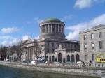 De Four Courts in Dublin is het belangrijkste gerechtsgebouw van Ierland. In dit gebouw zijn zowel het Ierse Supreme Court als het High Court gevestigd.