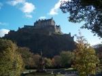 Edinburgh Castle is gelegen op Castle Rock, een oude vulkanische plug. De meeste gebouwen zijn 17e-eeuws. De Schotse kroonjuwelen zijn hier te bezichtigen.