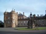 Palace of Holyroodhouse is de officiële verblijfsplaats van de monarch van het Verenigd Koninkrijk. Koningin Elizabeth II verblijft er een week aan het begin van elke zomer.